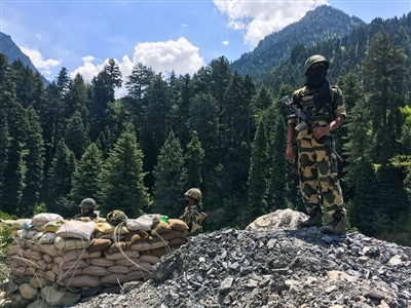 Binnh sĩ Ấn Độ đứng gác gần khu vực biên giới với Trung Quốc. Ảnh: Getty Images