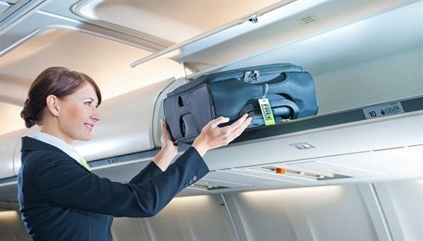 Hơn nữa, các tiếp viên hàng không cũng dễ dàng vận chuyển và cố định hành lý xách tay giúp chúng ta ở những khoang trên cao như thế này.