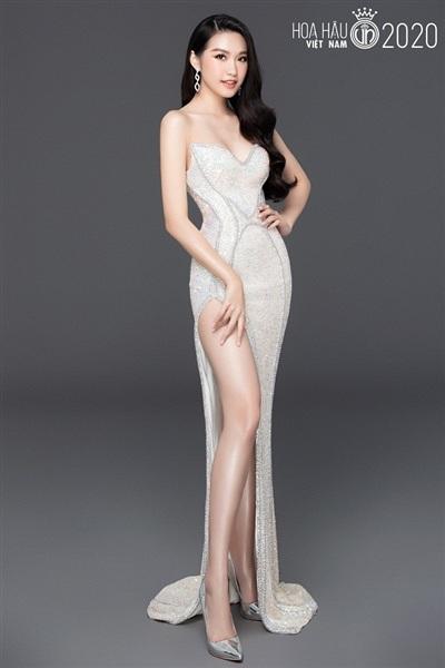 Không chỉ gây chú ý bởi vẻ đẹp của mình mà cô nàng còn khiến người hâm mộ sắc đẹp thích thú khi 'đụng' váy với hai nàng Á hậu: Huyền My và Mâu Thủy ngay trong lần đầu đăng ký dự thi hoa hậu.