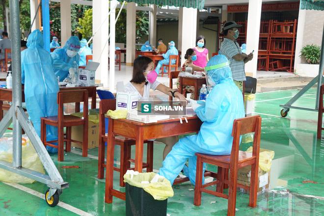 Lấy mẫu xét nghiệm Covid-19 tại Đà Nẵng