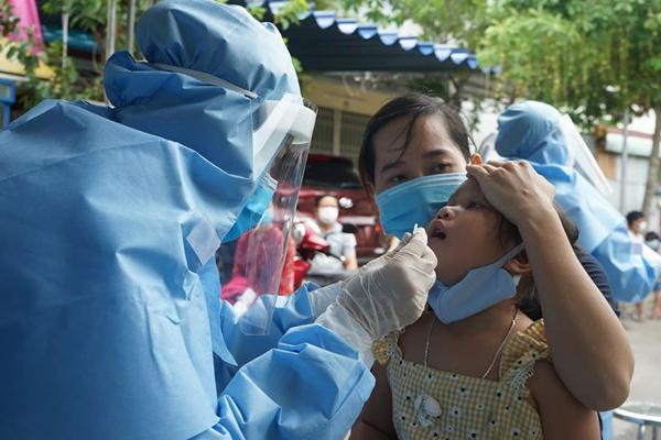 Cán bộ y tế lấy mẫu xét nghiệm cho người dân tại phường Khánh Hòa Bắc, quận Liên Chiểu, TP. Đà Nẵng chiều 1/8. Ảnh: Lê Bảo - Minh Thùy