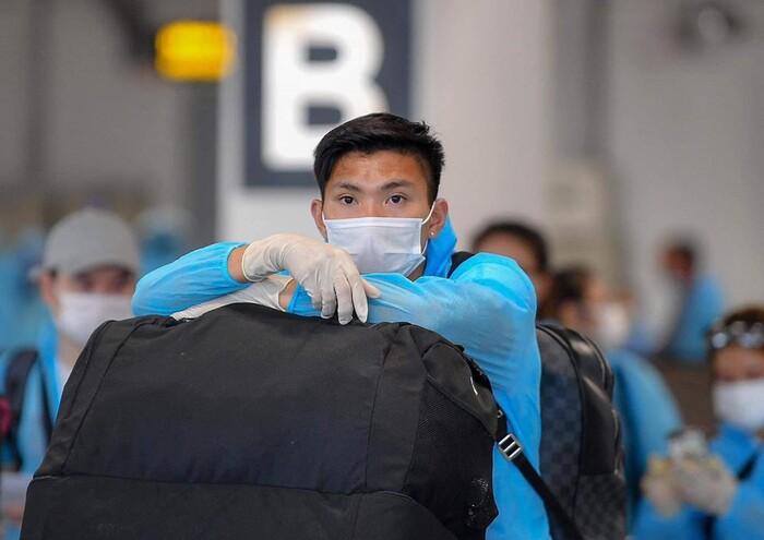Đoàn Văn Hậu đặt chân xuống sân bay Vân Đồn sáng 2/8.