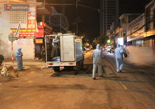Lực lượng chức năng phun thuốc khử trùng trên đường phố Đà Nẵng.