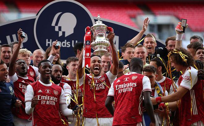 Đánh bại Chelsea, Arsenal lên ngôi vô địch trong ngày trọng tài dính scandal không kém V.League