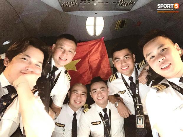 NÓNG: Hình ảnh hiếm hoi Văn Hậu mặc kín trang phục bảo hộ, có mặt trên chuyến bay đặc biệt đưa công dân Việt Nam về nước từ Paris (Pháp)