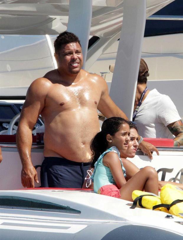 Ronaldo 'béo' gây chú ý khi đi nghỉ mát cùng bạn gái kém 15 tuổi: Vòng 2 vẫn lớn nhưng ngoại hình đã khiến các fan yên tâm phần nào