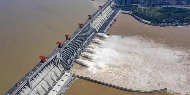 Đập Tam Hiệp xả lũ, trong ảnh chụp ngày 31/7. Chụp màn hình Xinhuanet.com