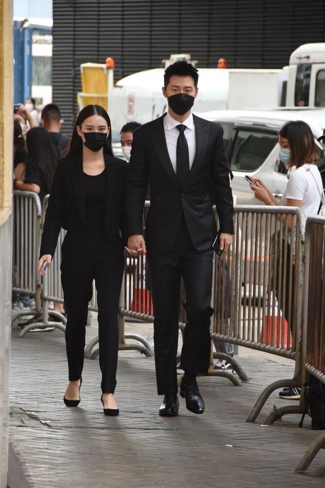 Hà Siêu Liên và bạn trai nổi tiếng Đậu Kiêu tay trong tay đến tang lễ của Vua sòng bài Macau vừa qua.