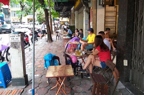 Các quán cà phê tại phố Hoè Nhai (quận Ba Đình) rất đông khách, ngồi sát nhau, không bảo đảm khoảng cách theo quy định phòng, chống dịch.