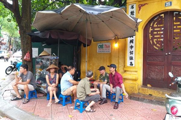 Quán trà đá ở phố Hoè Nhai (quận Ba Đình) vẫn mở cửa đón khách.
