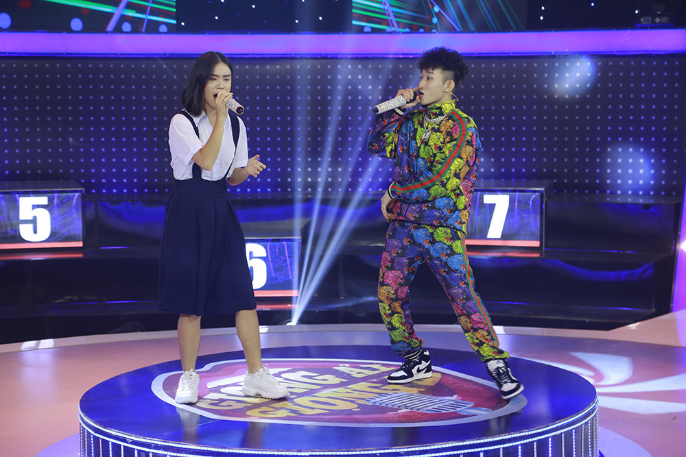 Kay Trần và nữ thí sinh đã có màn hòa giọng ăn ý ở vòng thi cuối.