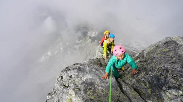 Jackson được mẹ cõng trên lưng, chị gái Freya thì tự trèo lên núi.