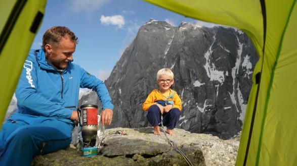 Phần thưởng của Jackson khi lên đến đỉnh núi là một túi kẹo Haribo.