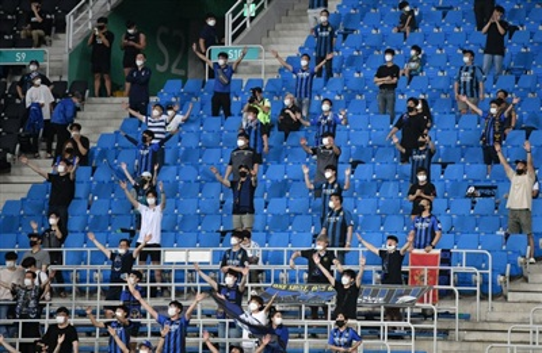 Các khán giả tại Hàn Quốc bắt đầu được vào sân nhưng vẫn phải đảm bảo giãn cách.