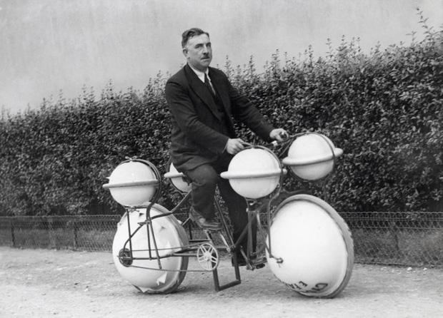 Đây là xe đạp lội nước, được ra mắt vào năm 1932 với bánh xe rỗng gấp đôi như phao. Tuy nhiên, nó không được đưa vào sử dụng rộng rãi do cả trên đất liền hoặc trong nước, vận tốc đều quá chậm.