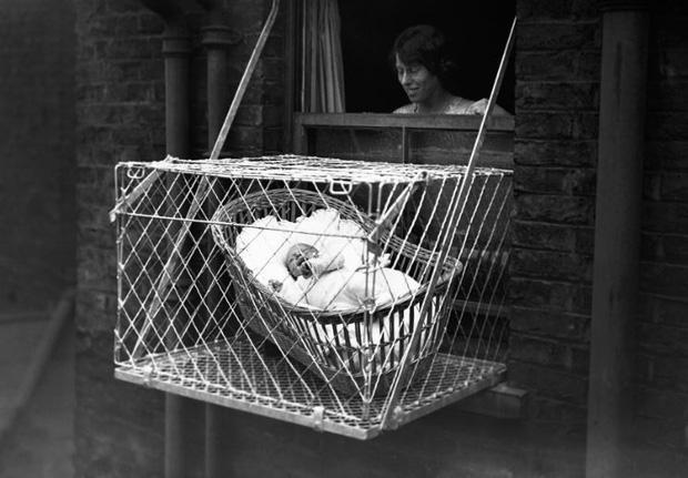 Cũi em bé 'thông minh' giúp bé nhà bạn phát triển khỏe mạnh, cực phổ biến những năm 1930 ở Mỹ cho đến Luân Đôn. Nhà sản xuất tin rằng, cho em bé nằm ở đây sẽ giúp chúng cứng cáp hơn, tránh được các bệnh cảm lạnh, trúng gió... Nhưng có lẽ, sản phẩm này cũng phải dừng bán từ rất lâu rồi.