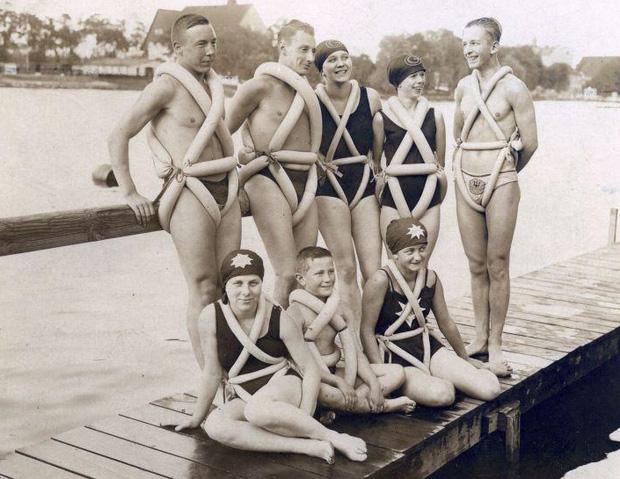 Áo phao được làm từ lốp xe thải ra, nhưng thực tế nó không giữ chúng ta nổi trong nước như áo phao bây giờ được!