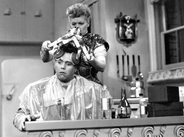 Bạn đoán xem vẻ mặt của vị khách trong ảnh là khó chịu hay thư giãn. Vì đây là máy mát xa da đầu thời xưa! Nhược điểm của nó là vẫn cần có một người điều khiển để hoạt động, dù được gọi là 'máy'.