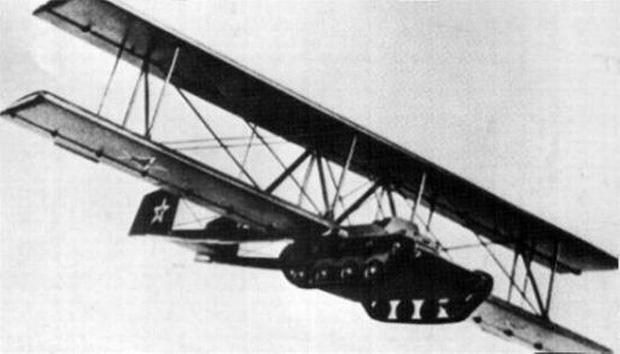 Phát minh Antonov A-40 của Nga này trong thế chiến II được gọi là phát minh 'khó hiểu' nhất. Không biết nhà sáng chế có đang tỉnh táo không nhưng ông định gắn xe tăng lên một chiếc tàu lượn, sau đó để xe tăng 'nhảy dù', với mục đích phục vụ cho chiến tranh. Qúa buồn, thí nghiệm này chỉ diễn ra một lần duy nhất rồi không thấy nghiên cứu thêm nữa.