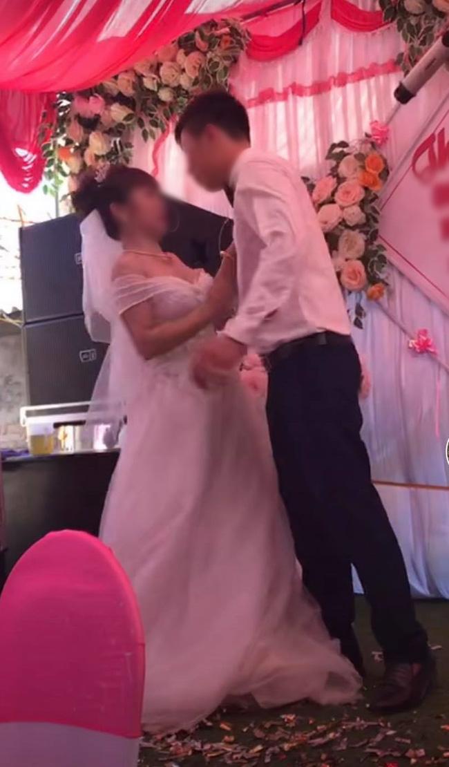 Cô dâu kiên quyết không hôn.