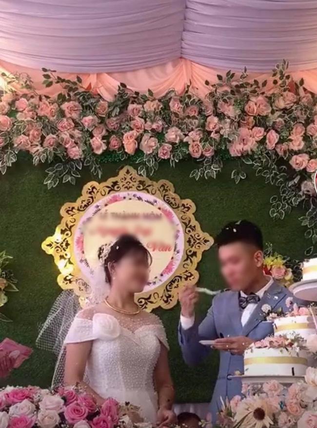 Cô dâu từ chối ăn bánh kem.