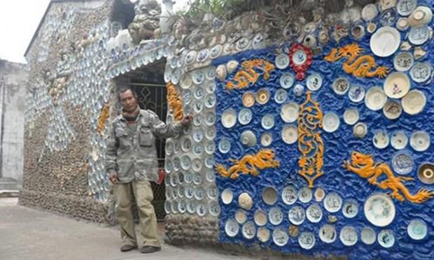 Đĩa gốm cổ được ốp ngoài tường nhà ông Trương.(Nguồn: Oddity Central)