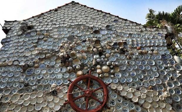 Đĩa gốm sứ truyền thống được ông Trương gắn lên tường nhà, thành đồ trang trí độc đáo.(Nguồn: Oddity Central)