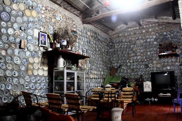 Vách tường bên trong nhà ông Trương cũng được ốp đầy đĩa gốm cổ.(Nguồn: Oddity Central)