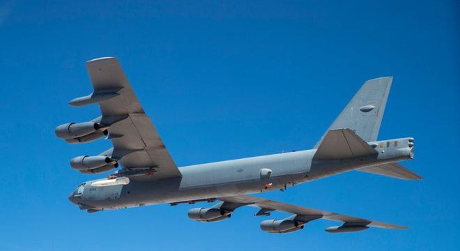 Máy bay ném bom B-52 thử nghiệm với tên lửa siêu vượt âm AGM-183. Ảnh: The Drive