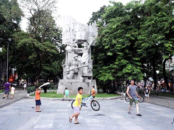 Tượng đài 'Cảm tử để Tổ quốc quyết sinh' tại Vườn hoa Vạn Xuân (phường Quán Thánh, quận Ba Đình).
