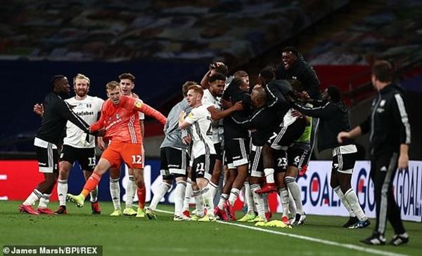 Niềm vui của các cầu thủ Fulham.