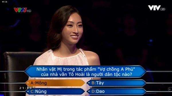 Lương Thuỳ Linh tự tin trả lời từng câu hỏi do chương trình đặt ra.