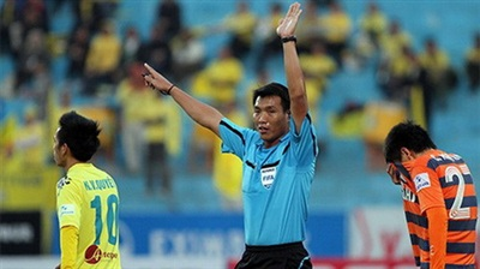 Trọng tài Đinh Văn Dũng đã gây ra những tranh cãi khi điều khiển trận đấu giữa Hà Nội T&T và Ninh Bình.