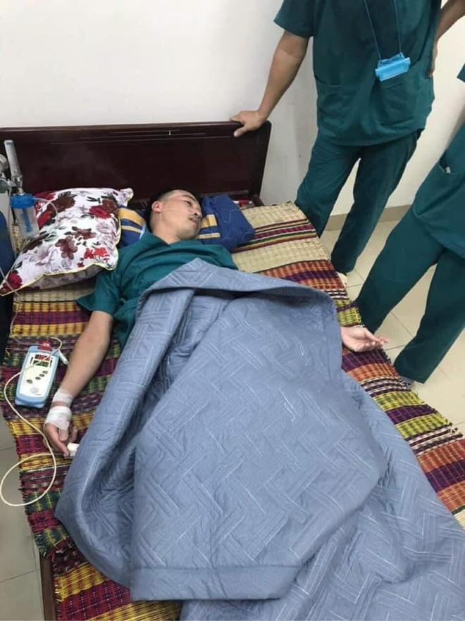 Hình ảnh nhân viên y tế 115 Đà Nẵng ngất lịm vì kiệt sức khiến cư dân mạng 'xót xa'.