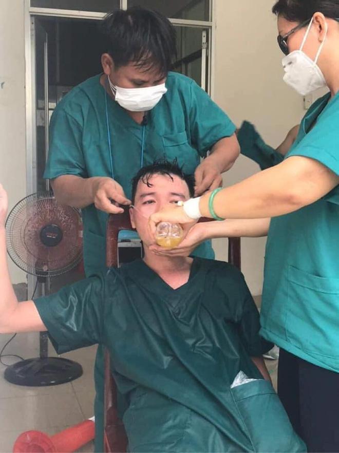 Sau nhiều ngày chống dịch căng thẳng, nhân viên 115 Đà Nẵng kiệt sức.