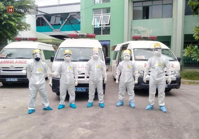 Những ngày này, các nhân viên 115 phải thường xuyên di chuyển bệnh nhân trong trang phục bảo hộ kín mít, khiến họ dễ bị sốc nhiệt và mất nước.