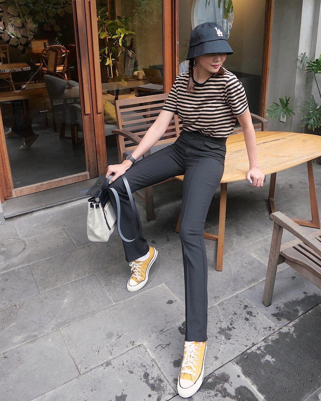 Nểu để ý hình ảnh của Thanh Hằng, bạn sẽ nhận ra cô rất chăm diện kiểu quần cạp cao giúp đôi chân đã dài lại càng dài hơn. Dáng quần âu với chi tiết đường xếp ly dọc càng giúp tăng hiệu ứng hack dáng.
