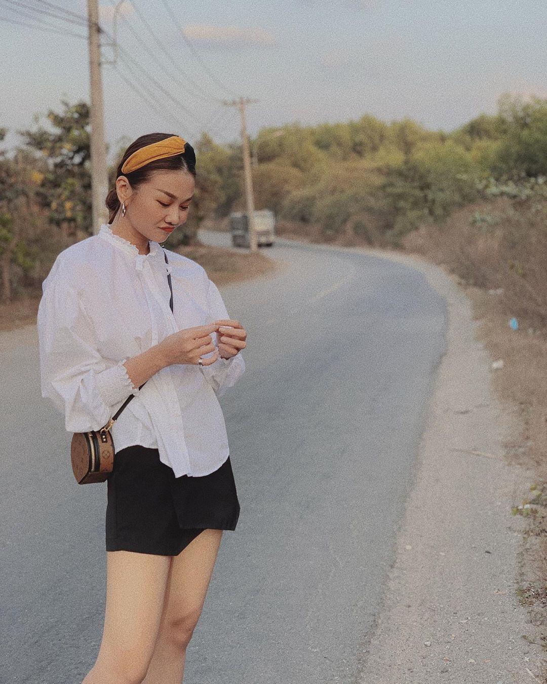 Chỉ cần diện áo blouse cùng quần short/ chân váy ngắn là Thanh Hằng đã có set đồ trẻ trung, tôn chân dài và vẫn xinh xẻo vô cùng.