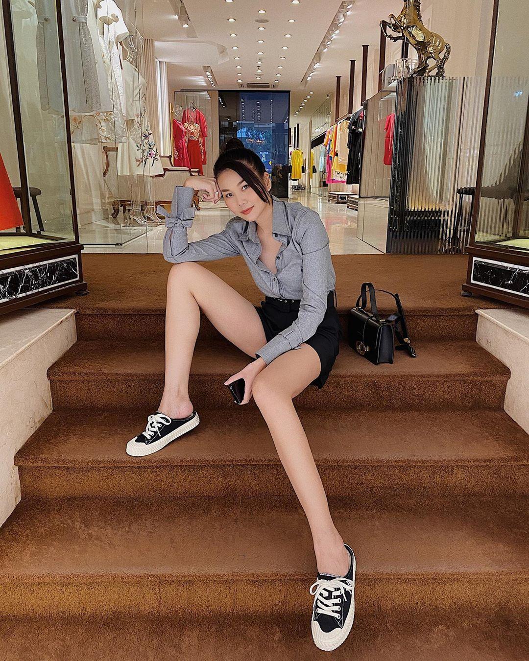 Có khi cô lại chon diên quần short cùng áo sơ mi dài tay, cố tình để hở một hai khuy áo tạo vẻ phóng khoáng. Thanh Hằng cũng không quên sơ vin giúp tôn chân dài triệt để.