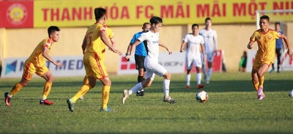 CLB Thanh Hóa (hai cầu thủ từ trái qua) hiện đang xếp thứ 8 ở V-League 2020 Ảnh: MINH TRẦN