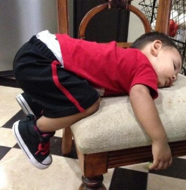Người không nằm hẳn trên ghế, chân cũng không chạm đất mà vẫn có thể vừa ngủ vừa giữ thăng bằng tuyệt đối thì đúng là thiên tài rồi còn gì.