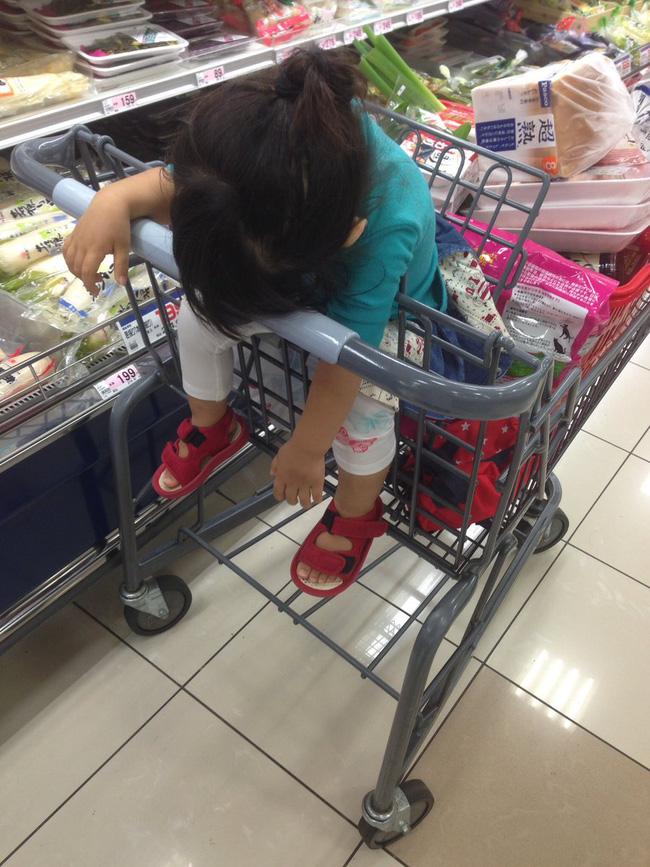 Hôm nay siêu thị chẳng có gì hấp dẫn hết!