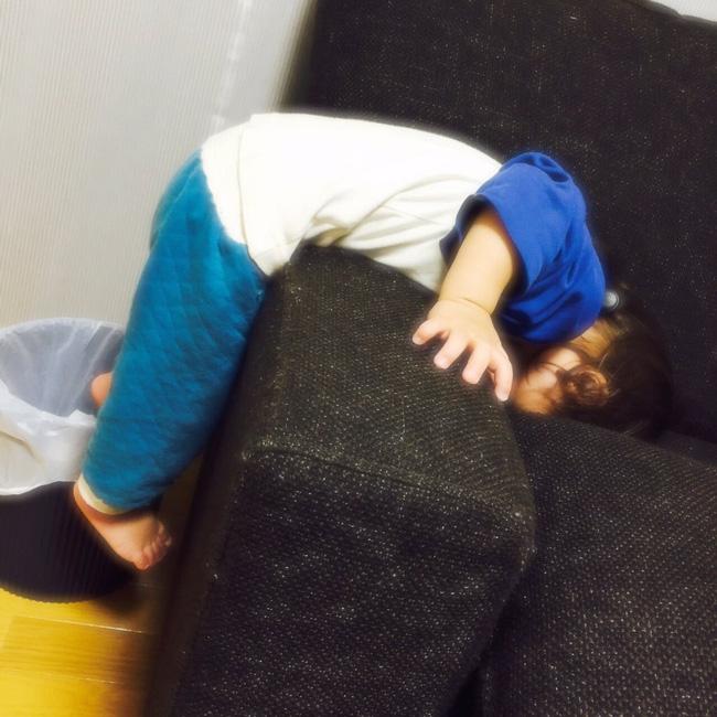 Bé vừa ngủ vừa tập yoga chăng?