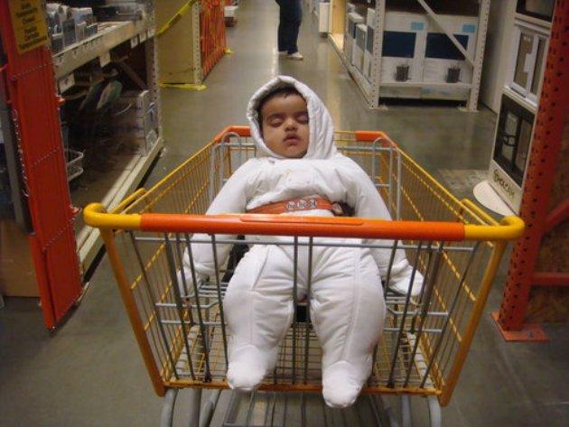 Xe đẩy siêu thị có vẻ là nơi rất dễ đưa các bé vào giấc ngủ.