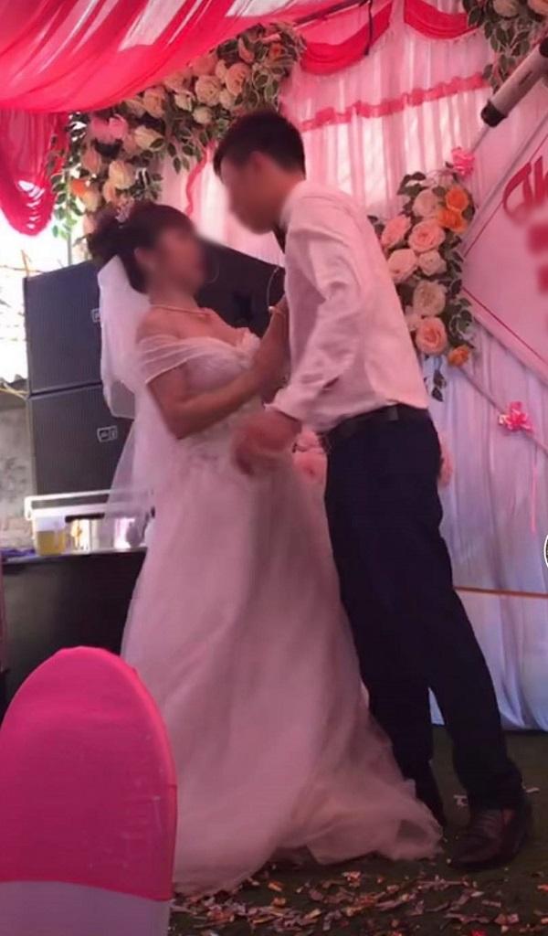 Cô dâu từ chối nụ hôn của chú rể.
