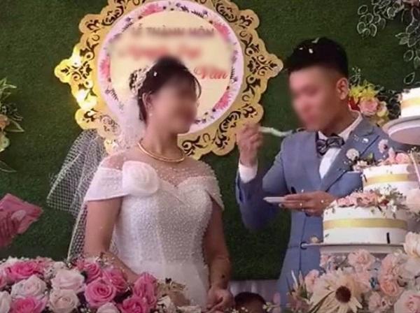 Khi cô dâu từ chối ăn bánh kem, chú rể liền ăn ngay không đắn đo.