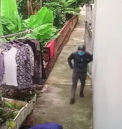 Thanh niên đeo khẩu trang kín mặt vào đánh 2 người nhà chị Đào vào trưa 3/8.