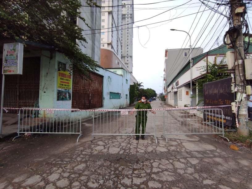 Lối vào khu chung cưTân Việt được phong tỏa