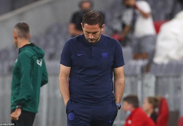 Lampard buồn bã khi chứng kiến đội nhà nhận thất bại đậm.