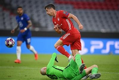 Thủ môn Caballero phạm lỗi với Lewandowski, dẫn đến bàn thua từ chấm 11m